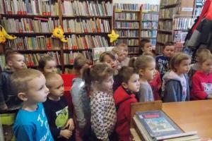 Wycieczka przedszkolaków (4 i 5 latków) do Miejskiej Biblioteki Publicznej w Otwocku